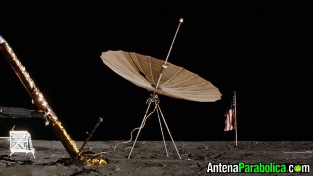 Antena parabólica en la luna