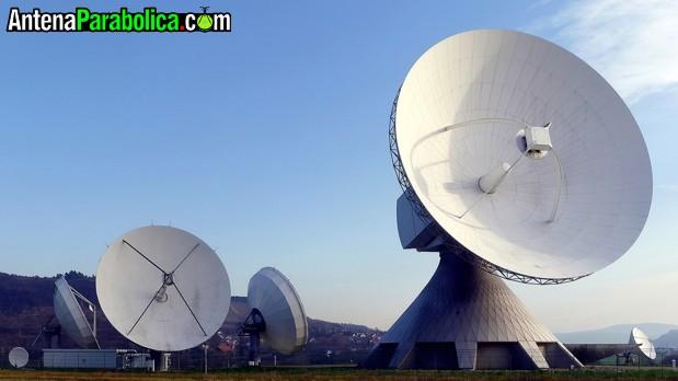 Antenas parabólicas con distinta orientación